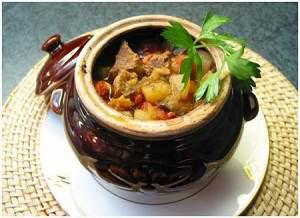 Мясо с баклажанами в горшочках под ореховым соусом