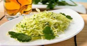Салат из свежей капусты и перца с маслом